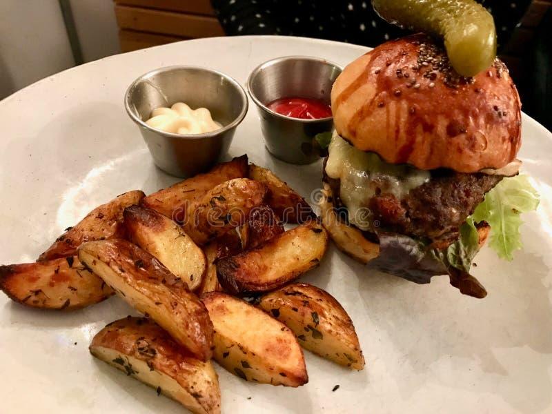 Mini Hamburger com cunhas da batata serviu com ketchup e maionese fotografia de stock