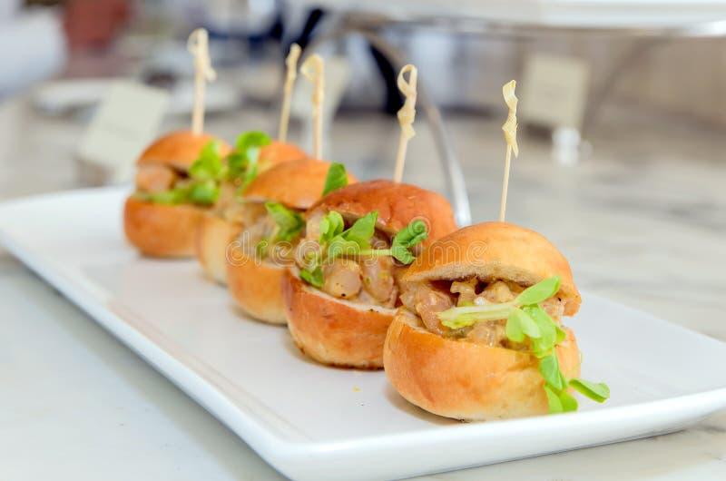 Mini Hamburger no disco branco foto de stock royalty free