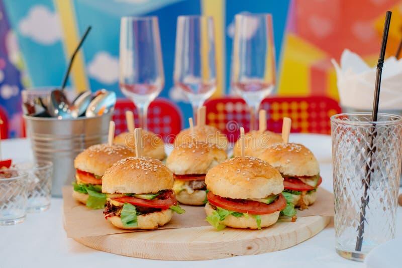 Mini hamburgers pour une partie images stock