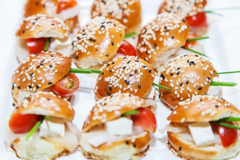 Mini hamburgeru serw przy przyjęciem obraz royalty free