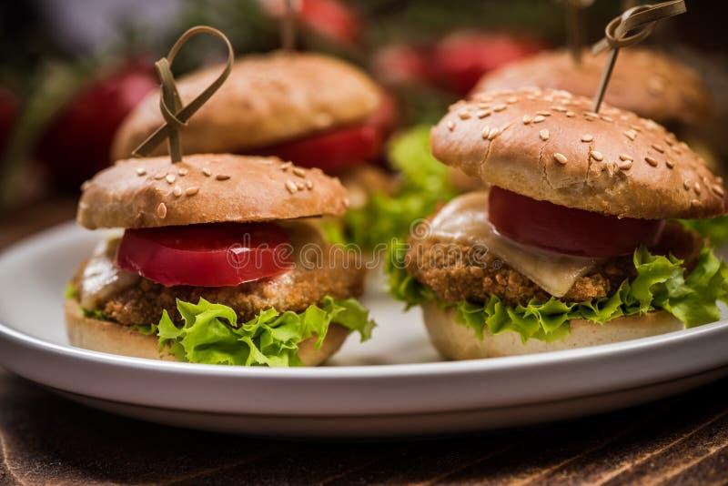 Mini hamburgery na talerzu, karczemny jedzenie obraz stock
