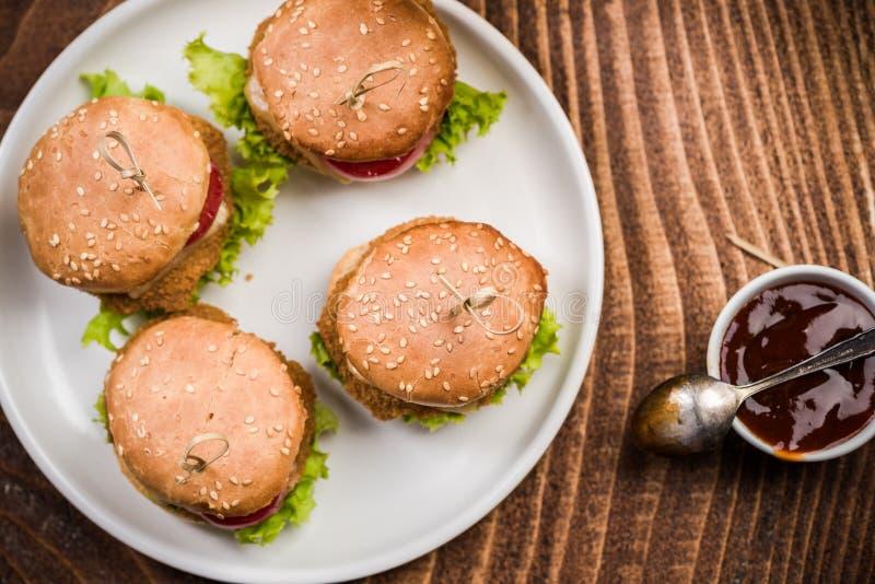 Mini hamburgery na talerzu, karczemny jedzenie fotografia royalty free