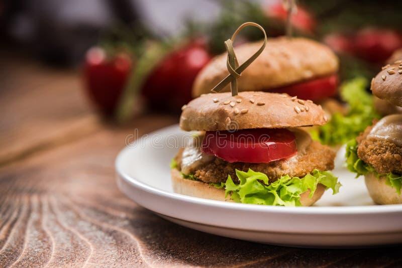 Mini hamburgery na talerzu, karczemny jedzenie zdjęcia royalty free