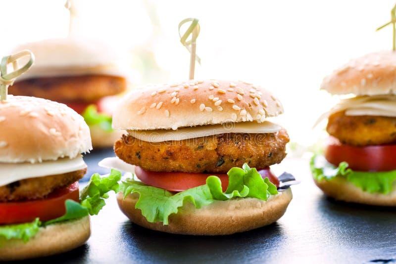 Mini hamburgueres múltiplos da galinha fotos de stock royalty free