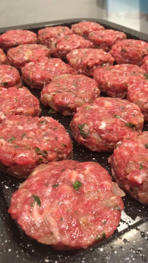 Mini hamburguesas hechas en casa de la carne de vaca imagen de archivo libre de regalías