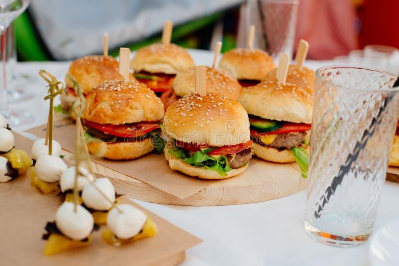 Mini hamburguesas para un partido fotos de archivo