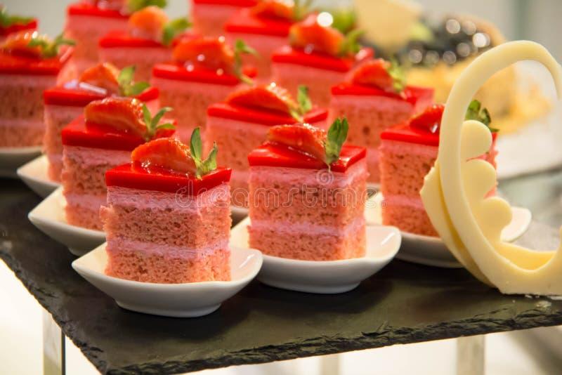 Mini heerlijke aardbeicake en beautifu stock foto's