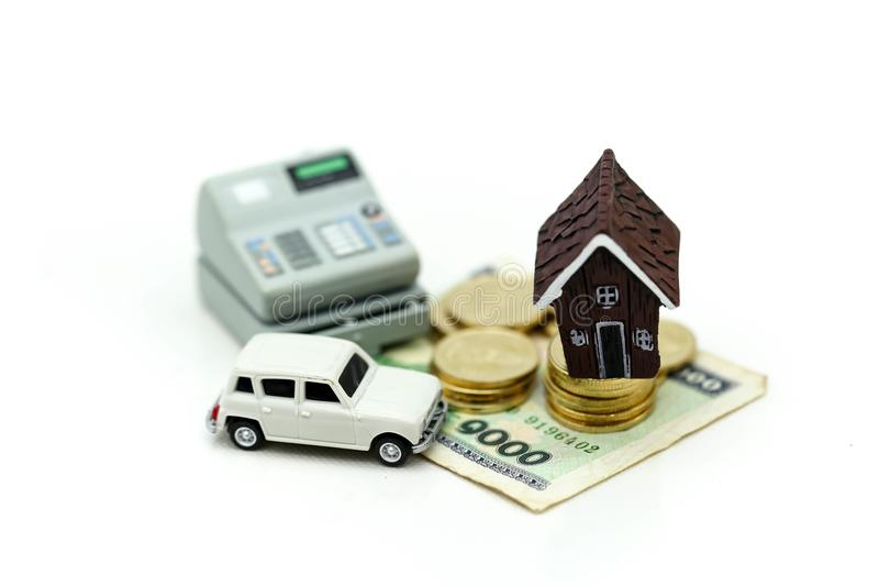 Mini House met stapel van muntstukken en auto, Besparing en het investeren mone royalty-vrije stock afbeeldingen