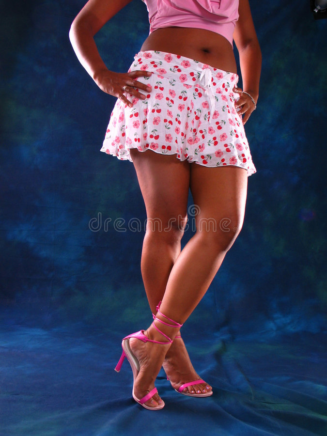 Mini-jupe et pattes sexy images stock