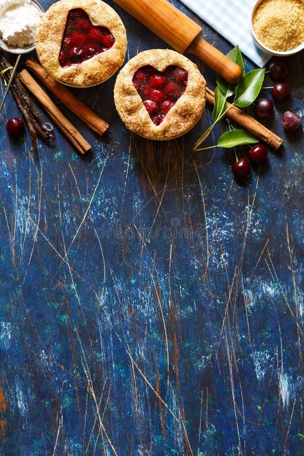 Mini- körsbärsröda pajer arkivfoton