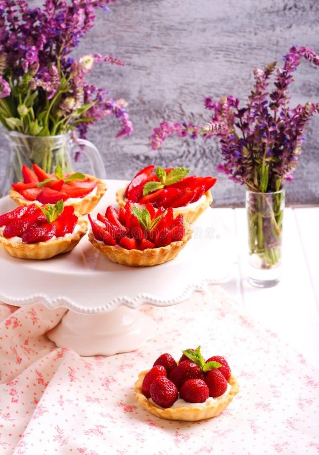 Mini- kakor för jordgubbe och för gräddost royaltyfria foton
