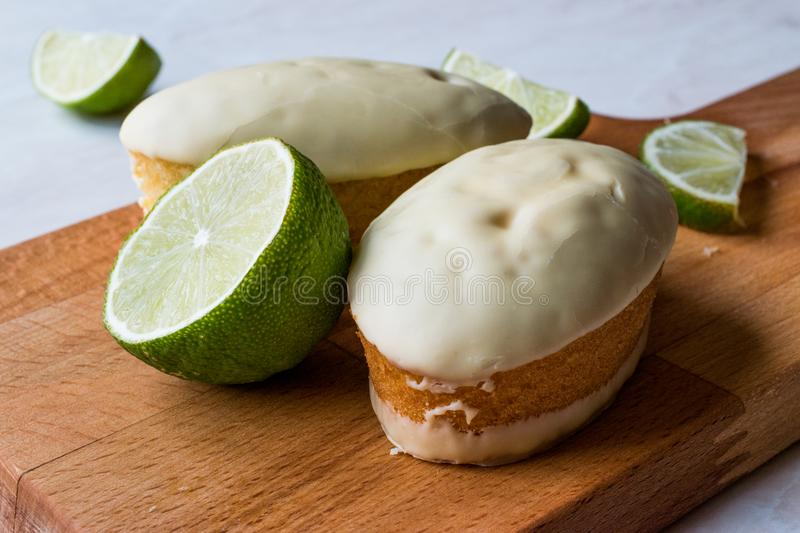 Mini Key Lime Cake com cobertura em chocolate branco foto de stock royalty free