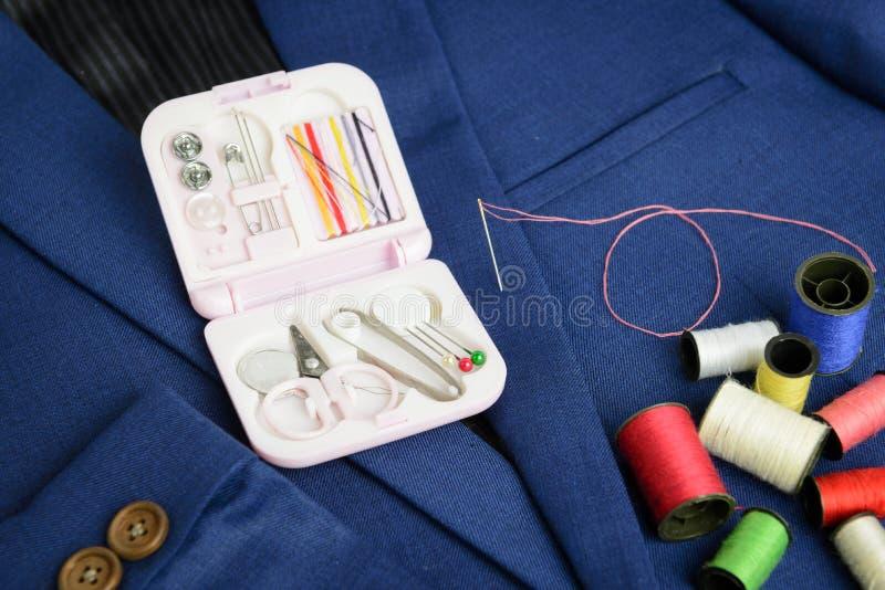 Mini kit de couture et bobine de fil photos stock
