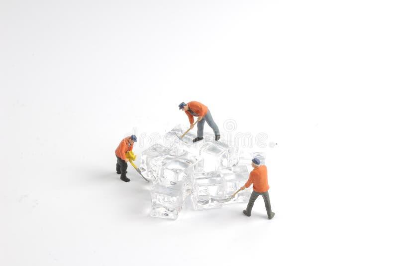 mini kleine Arbeitskräfte des Spaßes auf Eisnatur lizenzfreies stockbild