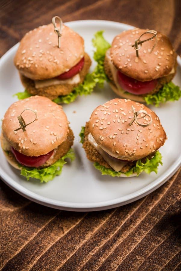 Mini kurczaków hamburgery, pubu prętowy jedzenie fotografia royalty free