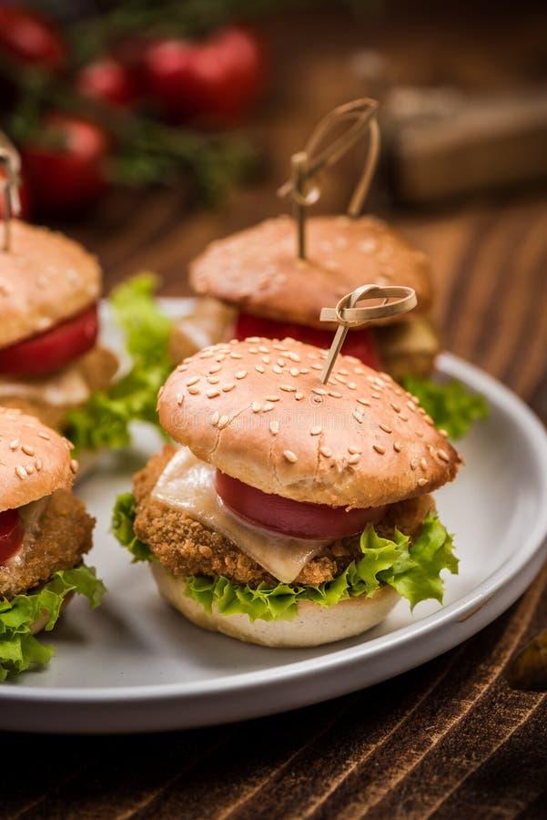 Mini kurczaków hamburgery, pubu prętowy jedzenie zdjęcia royalty free