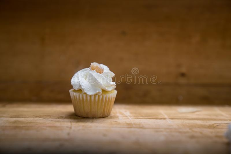 Mini Lemon Cupcakes simple avec le citron glacé photos libres de droits