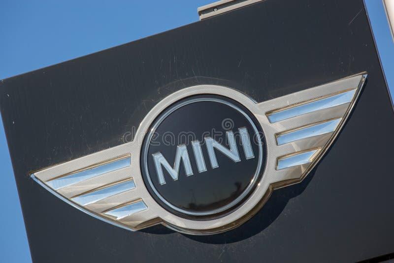 MINI logotipo del coche a bordo en el cielo azul imagenes de archivo