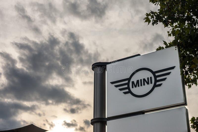Mini logotipo en su tienda principal Belgrado de la representación También se conoce como Austin o tonelero, mini un fabricante d foto de archivo