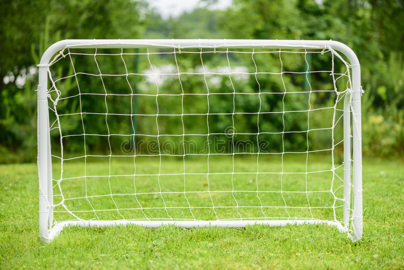 Mini- mål för bärbart stål för spelare för amatör- eller ungdomfotbollfotboll royaltyfri foto