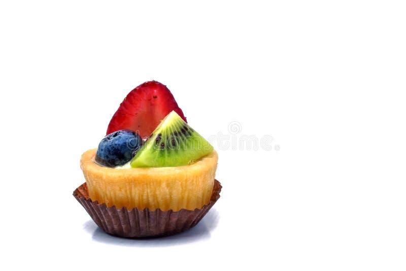 Mini magdalena de la fruta en un marrón de papel en el fondo blanco imagen de archivo libre de regalías