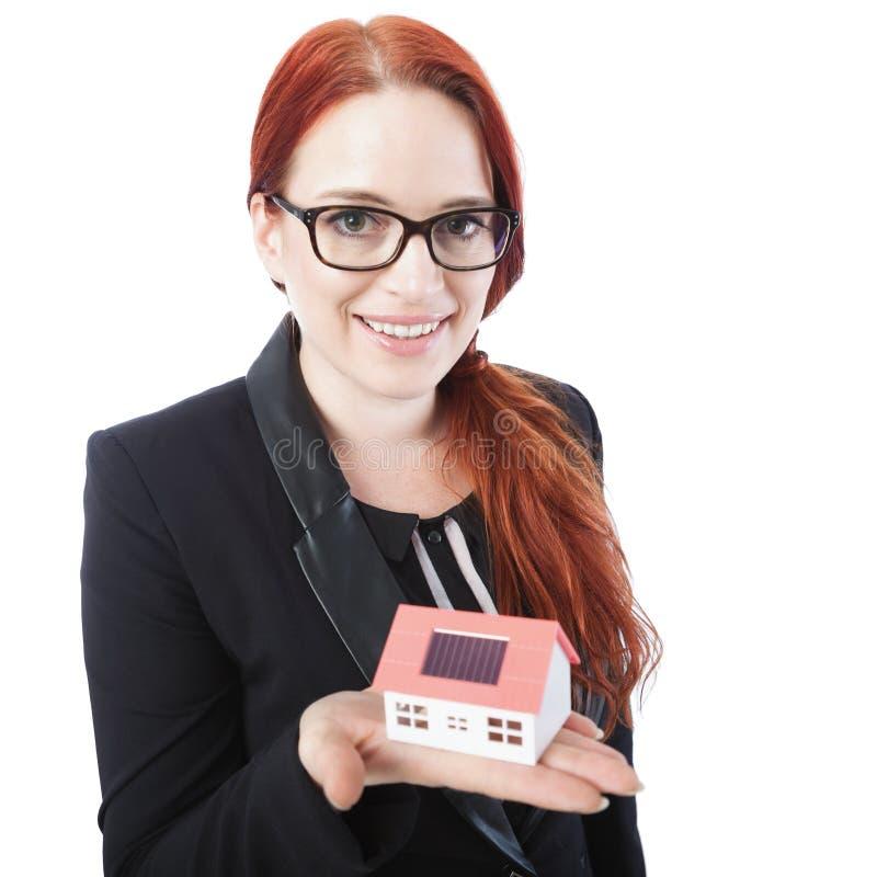 Mini maison de jeune d'affaires prise de femme dans des ses mains photos stock