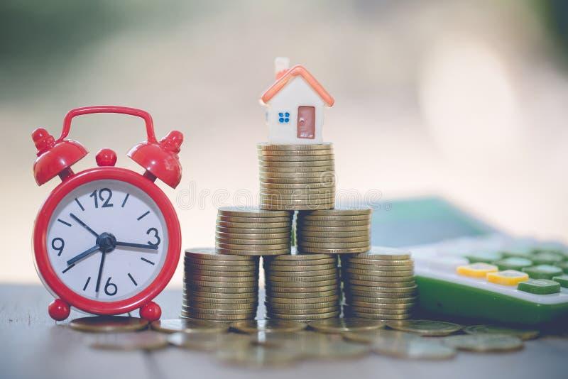Mini maison sur la pile de pièces de monnaie, concept de propriété d'investissement, de risque d'investissement et d'incertitude  image libre de droits