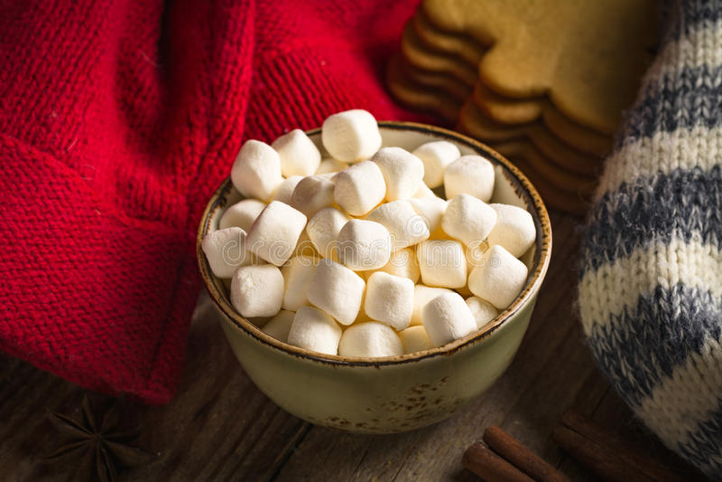 Mini marshmallows na bacia foto de stock