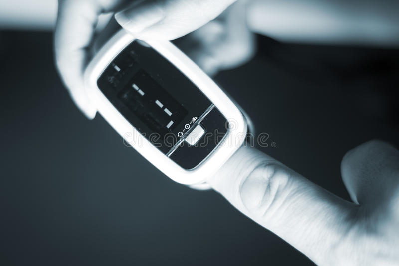 Download Mini Medidor Cardíaco Do Pulso Do Dedo Foto de Stock - Imagem de dispositivo, instrumento: 80101282