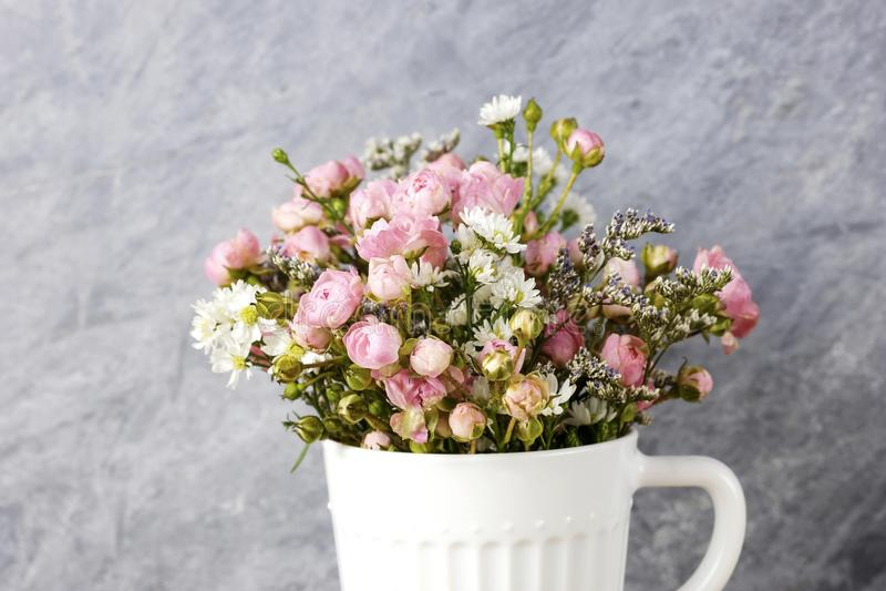 Mini menchii róża kwitnie w białej filiżance zdjęcia stock