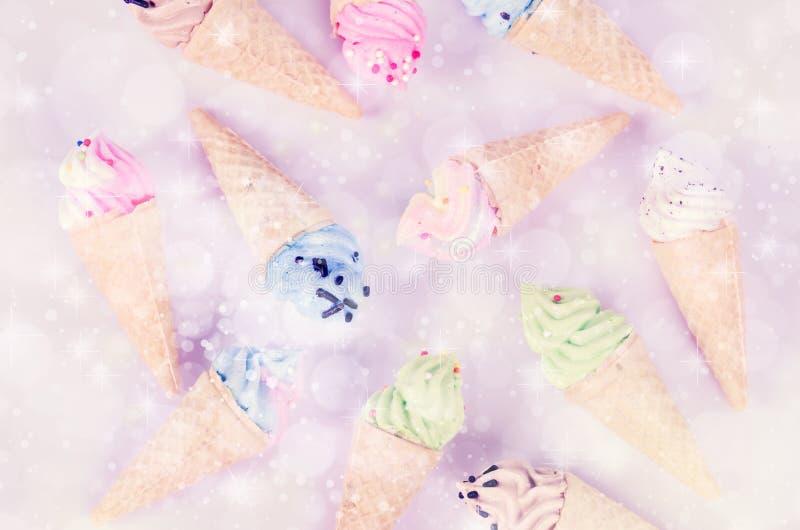 Mini merengues del helado en pastel fotografía de archivo