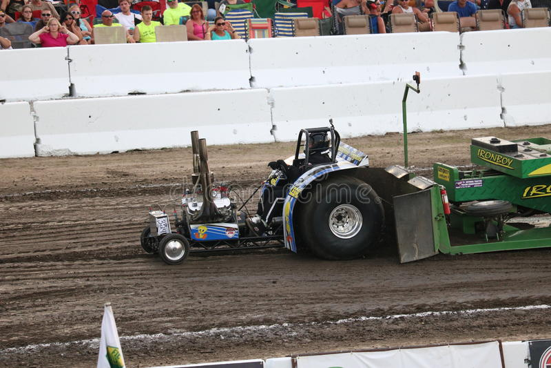 Mini Modified Tractor Pulling i bowlsplan, OH royaltyfri bild