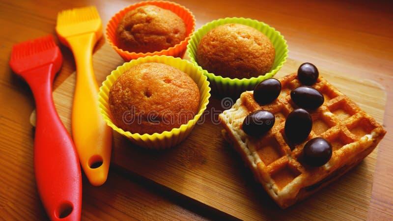 Mini molletes simples en bakeware colorido del silicón Cocina y concepto el cocinar fotos de archivo
