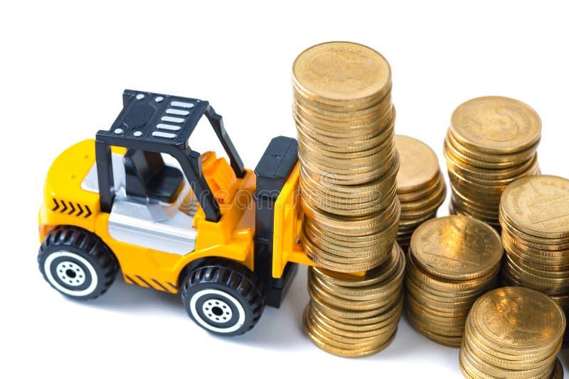Mini moneda de la pila del cargamento de la carretilla elevadora con pasos de la moneda de oro, foto de archivo libre de regalías