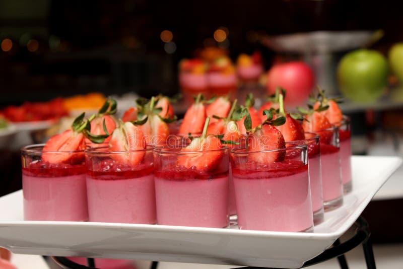 Mini mousse de fraise, station de dessert photo libre de droits