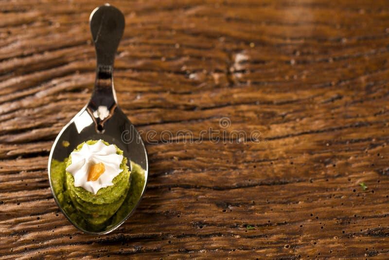 Mini nagi tort faszerujący cytryna sok z cupuaçu galaretą, praline dokrętki zdjęcie royalty free