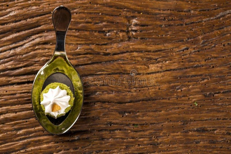 Mini nagi tort faszerujący cytryna sok z cupuaçu galaretą, praline dokrętki i Szwajcarską bezą w łyżce, obrazy stock