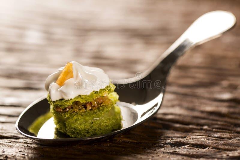 Mini nagi tort faszerujący cytryna sok z cupuaçu galaretą, praline dokrętki i Szwajcarską bezą w łyżce, fotografia royalty free
