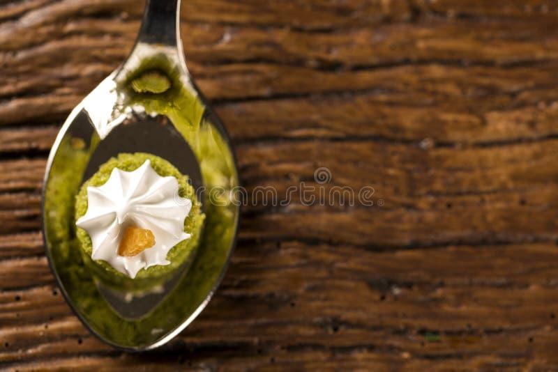 Mini nagi tort faszerujący cytryna sok z cupuaçu galaretą, praline dokrętki i Szwajcarską bezą w łyżce, zdjęcie royalty free