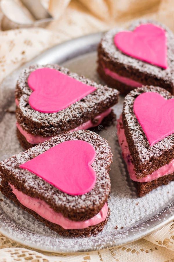 Mini Naked Chocolate Cakes avec des coeurs d'amour photographie stock