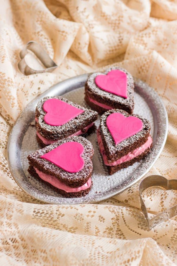 Mini Naked Chocolate Cakes avec des coeurs d'amour image stock