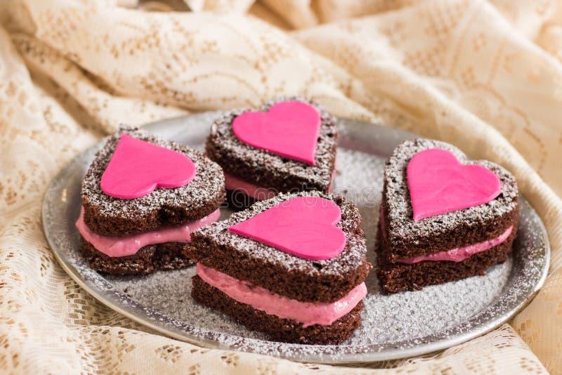 Mini Naked Chocolate Cakes con i cuori di amore fotografia stock