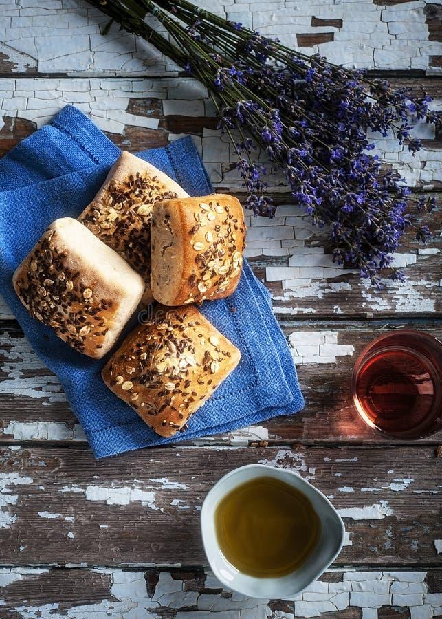 Mini nieociosany chleb z lavand kwiatem na stronie, oliwa z oliwek i różanym winie, obrazy stock