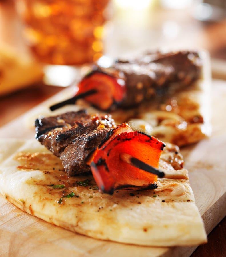 Mini no espeto do bife do lombo com pão do pão árabe fotos de stock royalty free