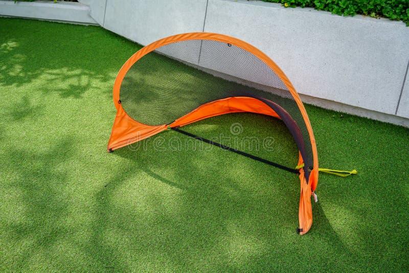 Mini objetivo do futebol ou do futebol da porta no campo de grama verde imagem de stock