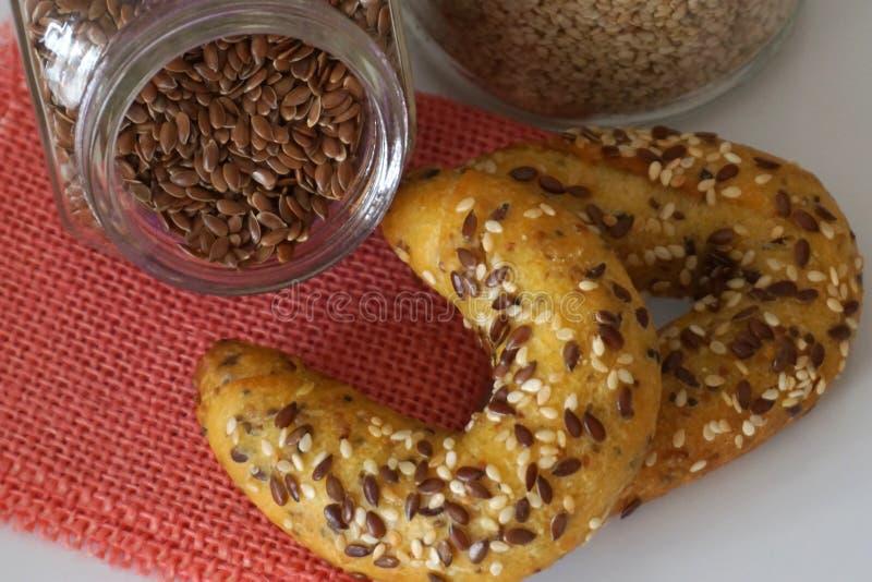 Mini pâtisserie cuite au four arrosée avec le sésame et les graines de lin photos libres de droits