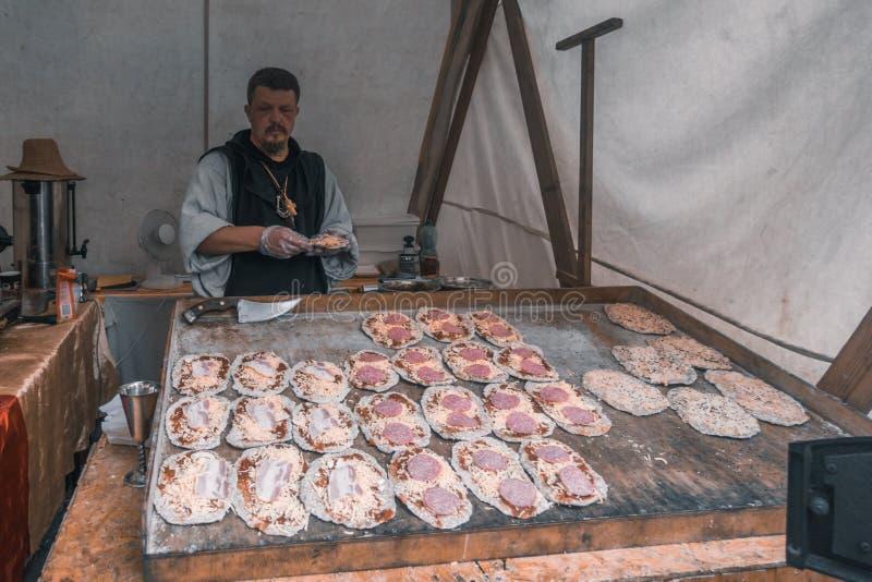 Mini panettiere della pizza nella sua stalla fotografia stock libera da diritti