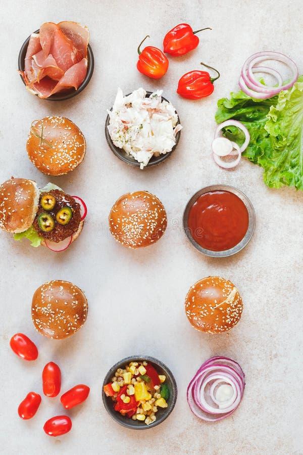 Mini partyjni hamburgery z różnorodnymi plombowaniami i upadem fotografia stock