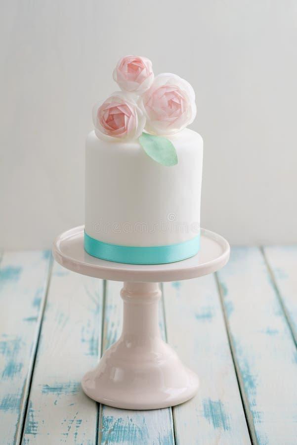 Mini pastel de bodas con las flores fotos de archivo libres de regalías