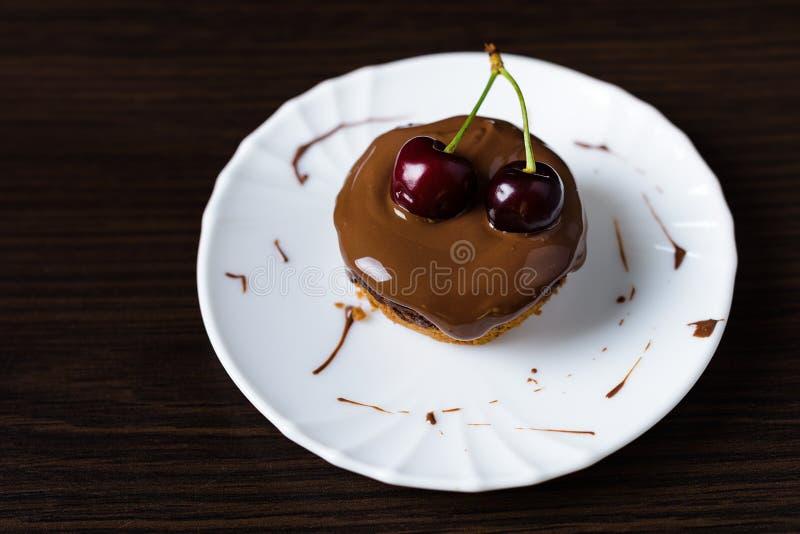 Mini pastel de queso con el chocolate y la cereza foto de archivo libre de regalías